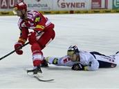 MARNÝ POKUS. Liberecký Michal Bulí� se sna�í p�eru�it dal�í útok T�ince.