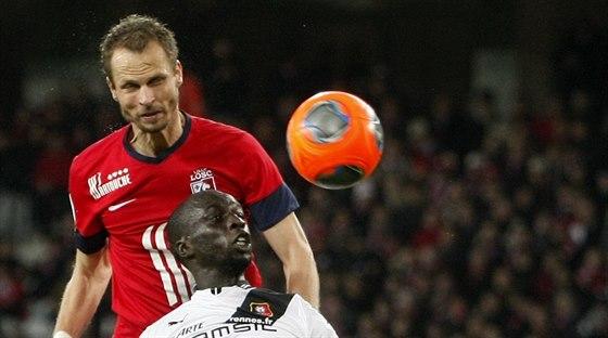 David Rozehnal (v červeném) z Lille vyhrává hlavičkový souboj v utkání s Rennes.