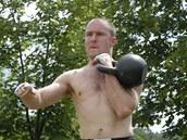 Kettlebell, železná koule. Svět na ni pozapomněl v euforii moderních fitness programů, dnes ji jako pomůcku pro komplexní cviky začíná objevovat.