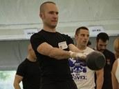Funkční svaly, různé typy síly, koordinaca celého těla, práce celých svalových skupin. I to jsou hlavní přínosy cvičení s kettlebell oproti strojům a vynálezům z posiloven a televizních reklam.