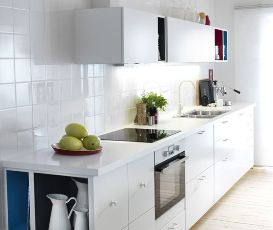 Bílé provedení lze nově oživit barevně upravenými vnitřními plochami skříněk.