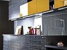 Teplá žlutá barva oživí tmavý interiér.