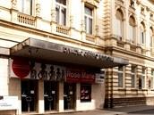 Opilou �enu zaujaly sklen�né dve�e do Divadla Ji�ího Myrona v centru Ostravy.