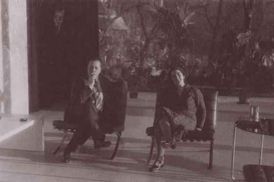 Mies van der Rohe a Grete Tugendhatová v obývacím pokoji, asi 1931