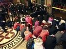 Část zadržených při policejním zásahu proti nevěstincům v Číně (Tung-kuan, 9. února 2013).