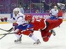 Ruský centr Alexandr Radulov po střele na norského gólmana Larse Haugena. (18. února 2014)