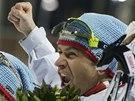 DALŠÍ TRIUMF. Norský biatlonista Ole Einar Björndalen slaví olympijské vítězství ve smíšené štafetě.