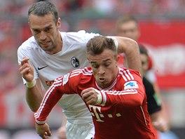 NEUTÍKEJ MI. Pavel Krmaš, český obránce Freiburgu, stíhá Xherdana Shaqiriho z Bayernu Mnichov.