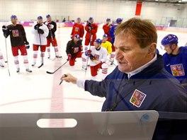 Trenér Alois Hadamczik při tréninku české hokejové reprezentace. (13. února 2014)