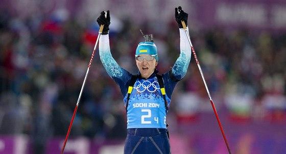 Ukrajinsk� biatlonistka Olena Pidhru�n� v c�li �tafetov�ho z�vodu na 4x6 kilometr�. (21. �nora 2014)