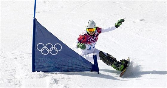 Česká snowboardistka Ester Ledecká při kvalifikační jízdě v paralelním slalomu. (22. února 2014)