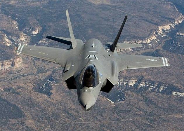 Letoun F-35 Lightning II, který má nahradit osv�d�ené roz�í�ené stroje F-16