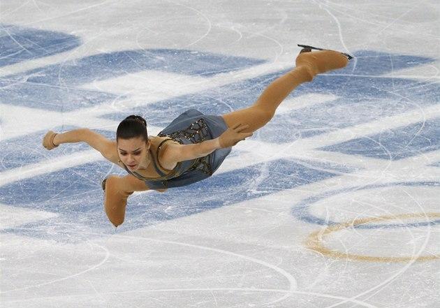 Ruská krasobruslařka Adelina Sotnikovová skáče při své volné jízdě v...