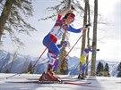 Česká běžkyně na lyžích Eva Vrabcová-Nývltová (vpravo) v olympijském závodu na 30 kilometrů volnou technikou. (22. února 2014)