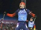 ZLATO. Ruský biatlonista Anton Šipulin v cíli závodu mužské štafety na 4x7,5 kilometru, druhý za ním dojel Němec Simon Schempp. (22. února 2014)