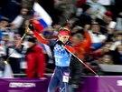 Ruský biatlonista Anton Šipulin si jede pro zlatou medaili v cíli závodu mužské štafety na 4x7,5 kilometru. (22. února 2014)