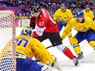 Kanadský útočník Sidney Crosby se po samostatném úniku dostal až před švédského gólmana Henrika Lundqvista a bekhendem zasunul puk za jeho záda. (23. února 2014)