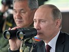 Ruský prezident Vladimir Putin a ministr obrany Sergej Šojgu při vojenském cvičení na ostrově Sachalin. (16. července 2013)