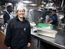 """V kuchyni. Šéfkuchařka Tracy Uriegasová. U námořnictva je šestadvacet let a tvrdí, že vaří s láskou. Ačkoliv možnosti skladování jídla jsou na lodi pochopitelně omezené, Tracy říká, že ovoce a zeleninu dokáže uchovat čerstvé až měsíc. """"V tuhle chvíli je tady jídla tak za tři sta tisíc dolarů,"""" vykládá."""