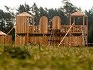 U Lesního hřbitova v Hradci Králové vzniká rytířské hradiště s dřevěnými věžemi, skluzavkami, horolezeckou stěnou, prolézačkami či pískovištěm. (únor 2014)