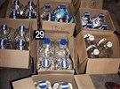 Policisté nalezli 42 plastových kanystrů o objemu šesti litrů s obsahem vodky jemné a 660 skleněných lahví o obsahu 0, 42 litru vodky jemné od výrobce Likérka Drak.