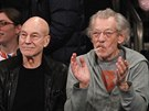 Patrick Stewart a Ian McKellen na basketbalovém zápase (New York, 24. února 2014)