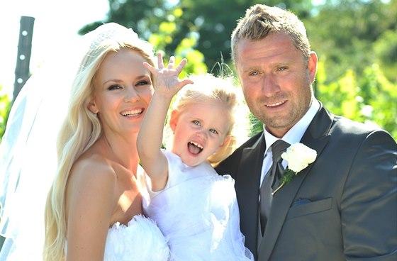 Lucie Hada�ov� a Jaroslav Bedn�� v den sv� svatby i s dcerou Denisou.