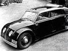 Jeden z prototypů Tatry 77. Všimněte si neobvyklého jednodílného čelního skla a zapuštěných světlometů.