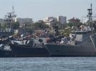 Černomořská flotila v Sevastopolu v roce 2007. S označením F 241 je vidět turecká fregata Turgutreis na návštěvě v Sevastopolu.