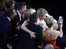 Ellen DeGeneres právě pořizuje selfie s hollywoodskými hvězdami, která se stane nejsdílenější fotografií na Twitteru (2. března 2014).