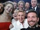 Moderátorka oscarového večera Ellen DeGeneresová pořídila nejsdílenější fotku všech dob (2. března 2014).