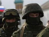 Ru�tí vojáci pochodují ve vesnici Prevalnoje nedaleko krymského Simferopolu (4....