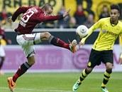ČESKÁ STOPA V NORIMBERKU. Norimberský záložník Adam Hloušek (vlevo) se snaží zkrotit míč před blížícím se Pierrem-Emerickem Aubameyangem z Dortmundu.