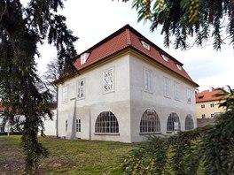 Takzvan� Werichova vila. Zakladatel Osvobozen�ho divadla ob�val prvn� patro, autor slavn� Noci s Hamletem bydlel v p��zem�.
