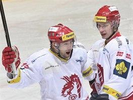 T�ine�t� hokejist� Jan Peterek (vlevo) a David Nosek slav� g�l.