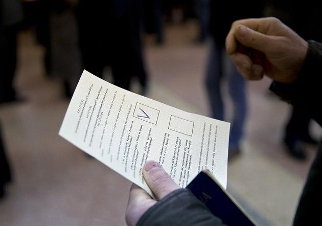Lidé hlasují v referendu v krymském Simferopolu (16. b�ezna 2014).