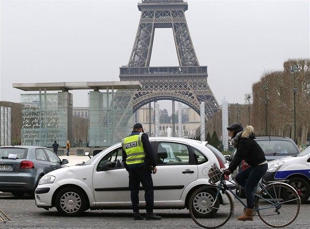 Sudá, nebo lichá? Policista kontroluje doklady v den, kdy v Paříži směly jezdit...