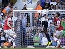 Permanentní hrozbou pro hráče Arsenalu byl jejich bývalý spoluhráč Emmanuel Adebayor, který elegantně krotí míč před stoperem Laurentem Koscielnym.