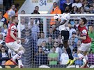 Permanentn� hrozbou pro hr��e Arsenalu byl jejich b�val� spoluhr�� Emmanuel Adebayor, kter� elegantn� krot� m�� p�ed stoperem Laurentem Koscielnym.