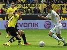 AŽ DO SÍTĚ. Max Kruse z Mönchengladbachu (vpravo) takhle rozehrál akci, která skončila ve 40. minutě druhým gólem hostů v zápase proti Dortmundu.