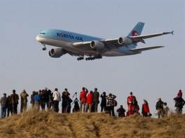 Poprv� v barv�ch Korean Air. Stovky lid� sleduj� p��let ob��ho Airbusu A380 do...