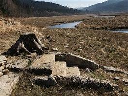 Stejně jako loni se v době sucha na dně přehrady Šance objevují dávno zatopené pozůstatky domů.