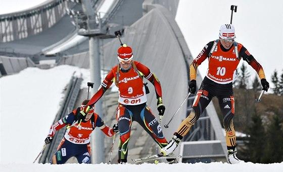 Veronika Vítková (uprostřed) a Andrea Henkelová při finále Světového poháru 2014 na Holmenkollenu.