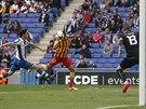 Neymar (uprost�ed) z FC Barcelona kontroluje hlavou bal�n, dob�h� k n�mu Javi Lopez z Espa�olu Barcelona (vlevo) a v�e jist� g�lman Kiko Casilla.