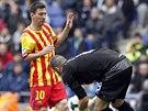 K TOMU M��I T� NEPUST�M! G�lman Espa�olu Barcelona Kiko Casilla (vpravo) kontroluje bal�n p�ed dob�haj�c�m �to�n�kem m�stsk�ho rivala Lionelem Messim.