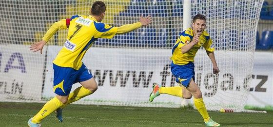 A JE TAM! Hráči fotbalového Zlína Lukáš Železník (vlevo) a Marko Jordan se radují z pokoření Pardubic.