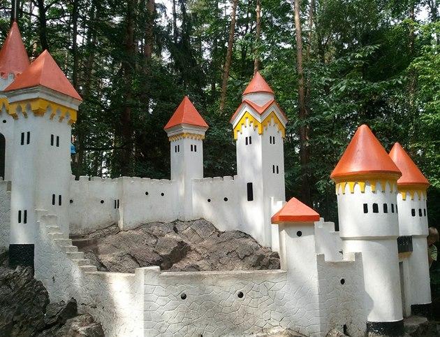 Jsou hrady, které dovnitř nepouštějí. Postavili je maličké u nádraží