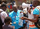 Pracovníci organizace Unicef šíří v ulicích hlavního guinejského města Conakry osvětu, jak se chránit před nákazou smrtící ebolou (31. března 2014).