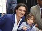 Orlando Bloom a jeho syn Flynn při odhalení hvězdy na hollywoodském chodníku slávy (Los Angeles, 2. dubna 2014)