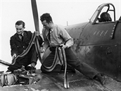 Mechanici a zbrojíři 310. československé stíhací peruti RAF na letišti Duxford v září 1940, v době letecké bitvy o Británii